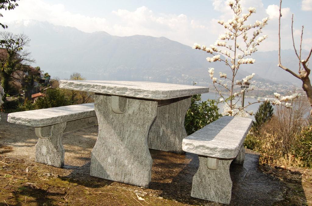 Tessiner Granittisch für den heimischen Garten. Geliefert und auf Wunsch fertig aufgestellt.